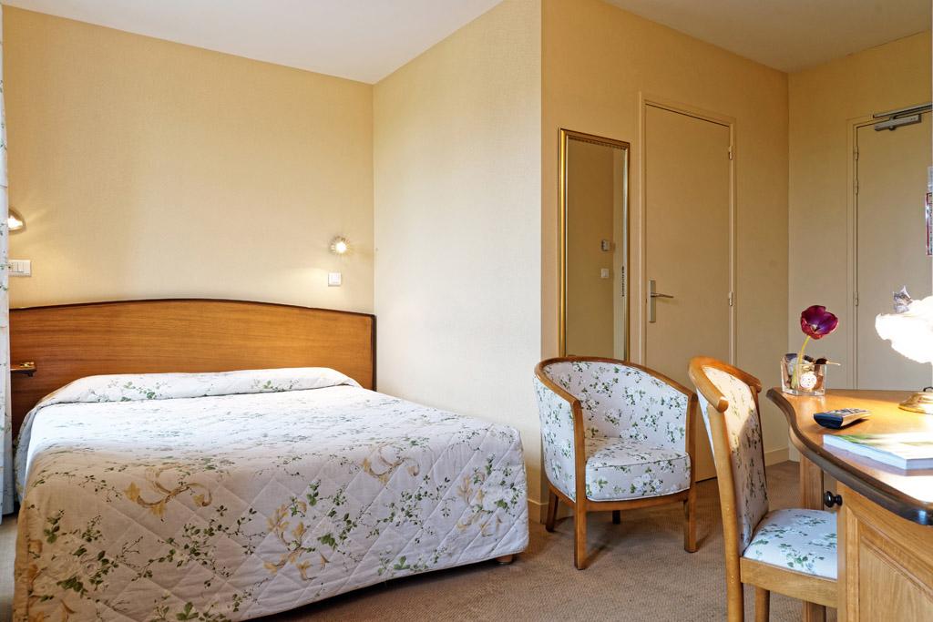 http://www.hotel-restaurant-trois-maures.fr/wp-content/uploads/2015/06/chambre-double-hotel-bourgogne2-1.jpg