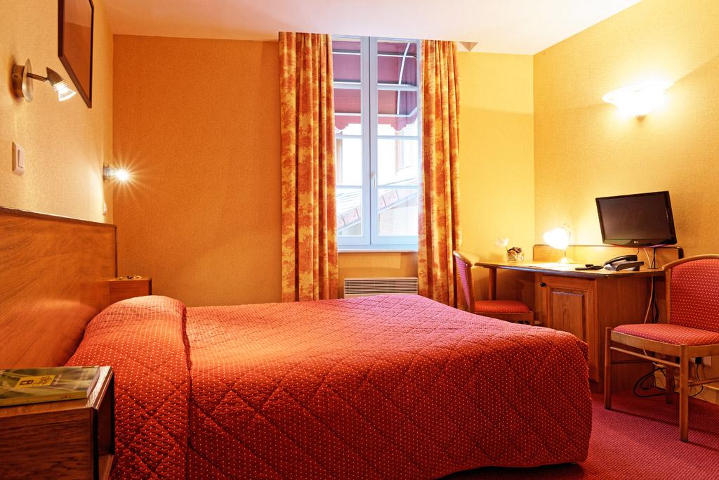 http://www.hotel-restaurant-trois-maures.fr/wp-content/uploads/2015/06/chambre-double-hotel-bourgogne3-1.jpg