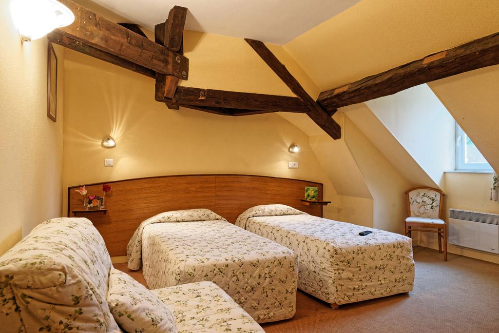 http://www.hotel-restaurant-trois-maures.fr/wp-content/uploads/2015/06/chambre-familiale-hotel-bourgogne1.jpg