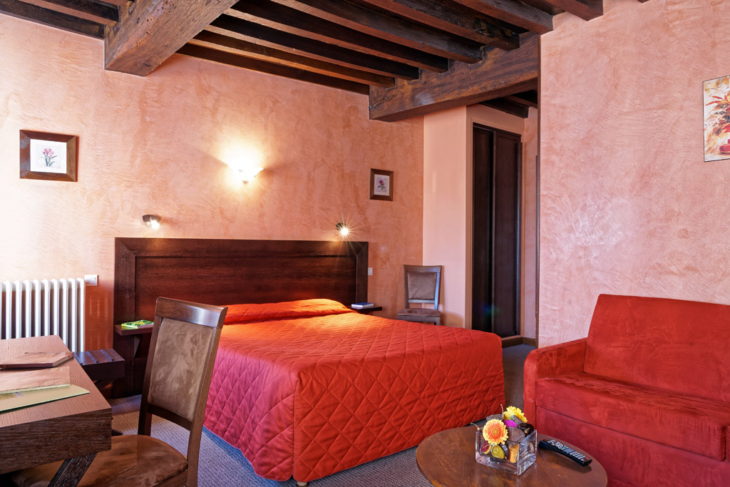 http://www.hotel-restaurant-trois-maures.fr/wp-content/uploads/2015/06/chambre-suite-junior-hotel-bourgogne1.jpg