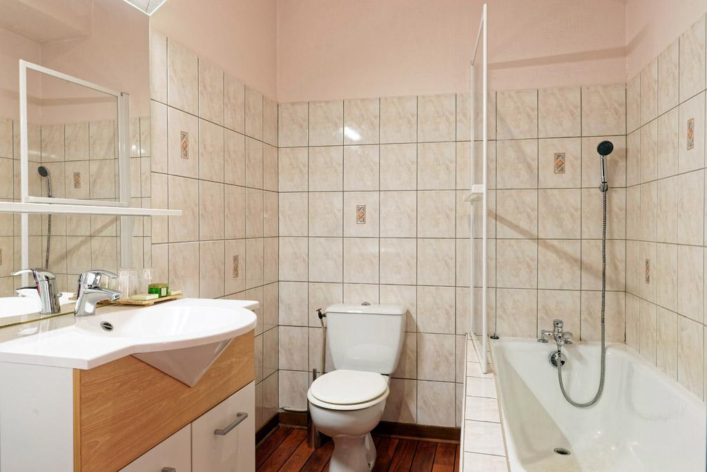 http://www.hotel-restaurant-trois-maures.fr/wp-content/uploads/2015/06/chambre-suite-junior-hotel-bourgogne4.jpg