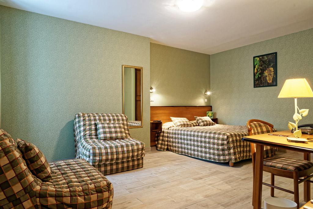 https://www.hotel-restaurant-trois-maures.fr/wp-content/uploads/2015/06/chambre-familiale-hotel-bourgogne2.jpg