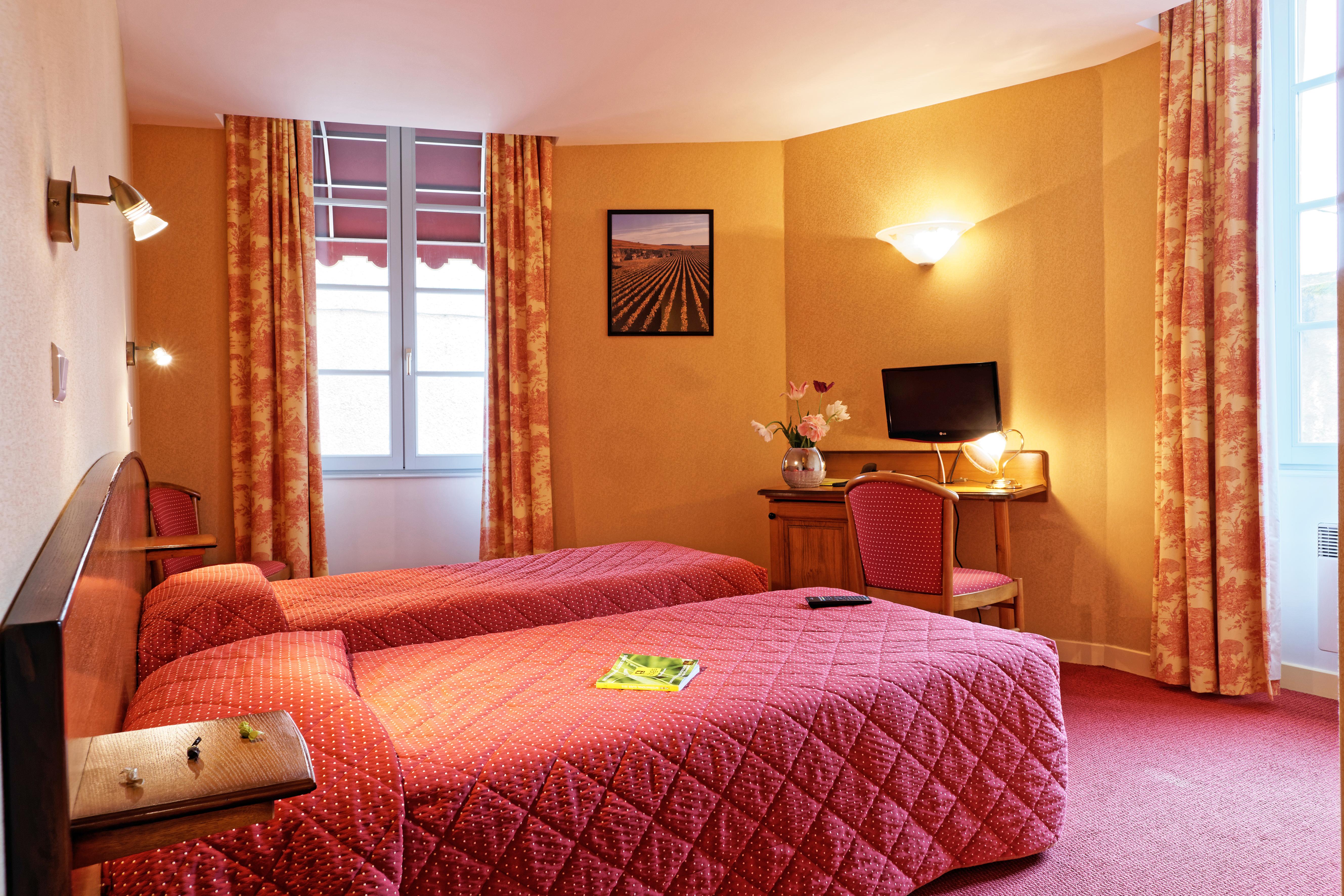 https://www.hotel-restaurant-trois-maures.fr/wp-content/uploads/2015/10/DSC05205_DxO1.jpg